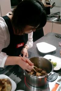伊藤先生が豚の角煮を調理中