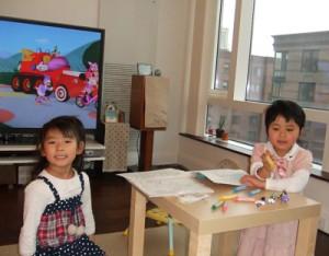 先輩のお嬢さん(左)に遊んでもらってご機嫌な娘